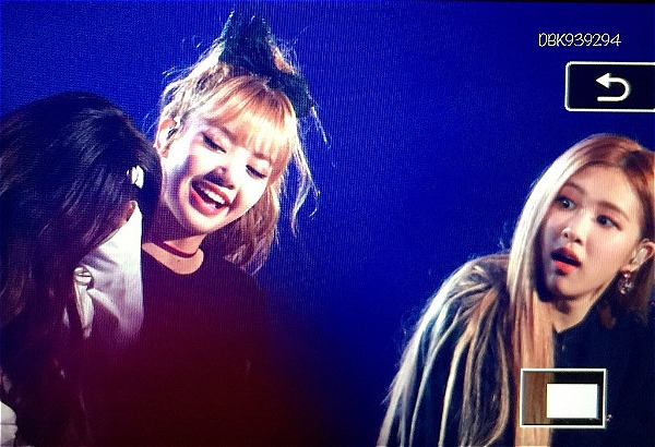 Phản ứng của các thành viên khi thấy Jennie rơi nước mắt.