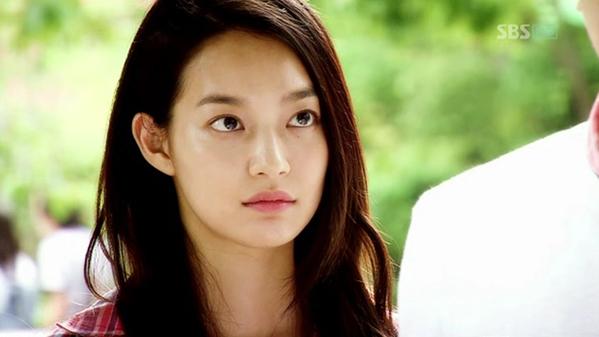 Bộ phim đánh dấu sự nổi tiếng toàn châu Á của Shin Min Ah là Bạn gái tôi là hồ ly. Trong vai cô cáo 9 đuôi Gumiho không biết gì về cuộc đời, Shin Min Ah đã chinh phục được khán giả bởi vẻ ngoài trong sáng, lém lỉnh của mình. Cặp đôi Shin Min Ah - Lee Seung Gi cũng là một cặp đôi đẹp của Hàn Quốc sau bộ phim này.