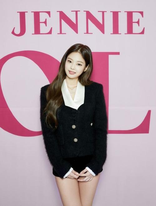 Jennie diện chiếc quần không thể ngắn hơn trong họp báo solo - 1