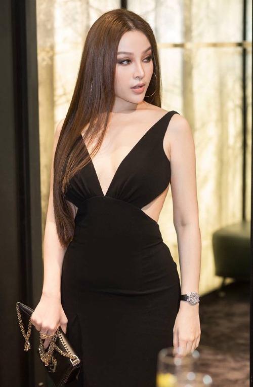 Nhiều người nhận ra bộ đầm hiệu Jolie Nguyễn mặc từng được Huyền Baby diện trước đó hồi tháng 9. Đây là mẫu thiết kế mới nhất của nhà mốt Dsquared2. Nữ ca sĩ sinh năm 1989 phối cùng đồng hồ tiền tỷ và túi xách hình hộp cùng thương hiệu.