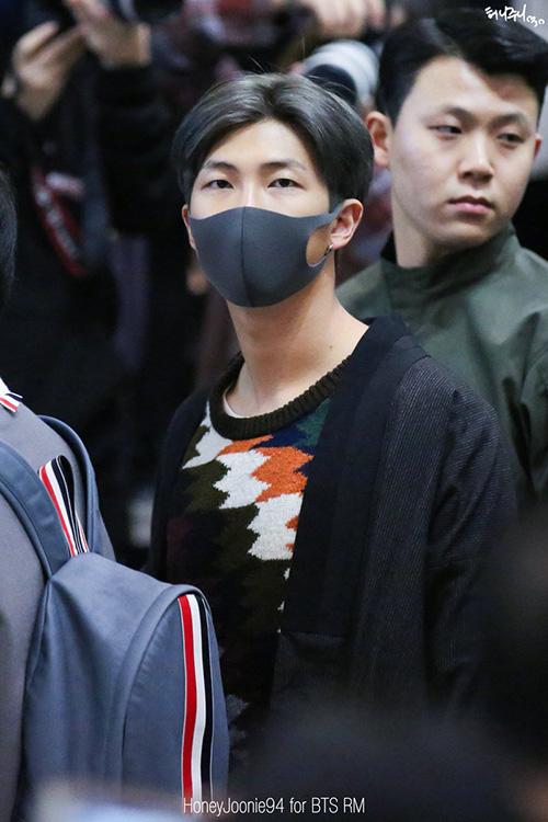 Yoon Ah tự tin khoe chân, Jung Kook gây khó hiểu với trang phục sân bay - page 2