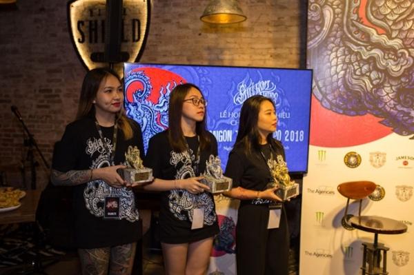 Những người chiến thắng sẽ được trao những chiếc cúp có biểu tượng con nghề - là hình ảnh gắn bó với người Việt từ bao đời nay.