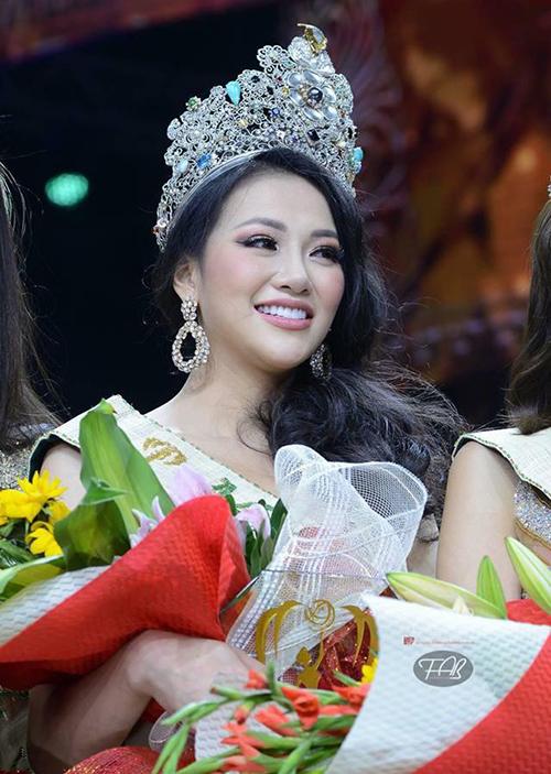 Trong hầu hết các hoạt động, Phương Khánh sẽ đội vương miện phiên bản thay vì vương miện thật có trị giá tiền tỷ.