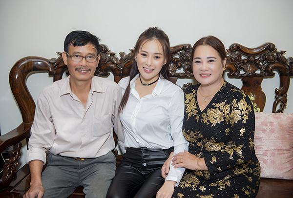 Biết Phương Oanh là diễn viên chính của bộ phim Quỳnh Búp Bê, nhiều hàng xóm và bạn bè của bố mẹ cô ở Hà Nam liên tục gọi điện hoặc tìm đến nhà để hỏi thăm. Họ bày tỏ sự ngưỡng mộ lớn dành cho bộ phim cũng như nữ diễn viên. Nhiều người trong tổ dân phố nơi gia đình Phương Oanh sinh sống còn đề nghị bố mẹ cô tổ chức một chương trình giao lưu với Phương Oanh. Để chiều lòng bố mẹ cũng như những người yêu thương mình, người đẹp sinh năm 1989 đã gác lại nhiều công việc ở Hà Nội để về Phủ Lý (Hà Nam).