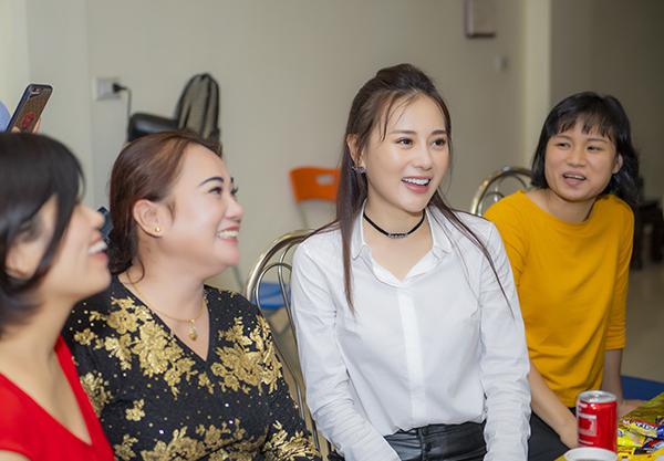 Trong buổi giao lưu, Phương Oanh niềm nở đón tiếp các fan thuộc mọi độ tuổi. Nữ diễn viên được mọi người khen ngợi hết lời về khả năng diễn xuất. Bố mẹ cô cũng được chúc mừng vì thành công của con gái.