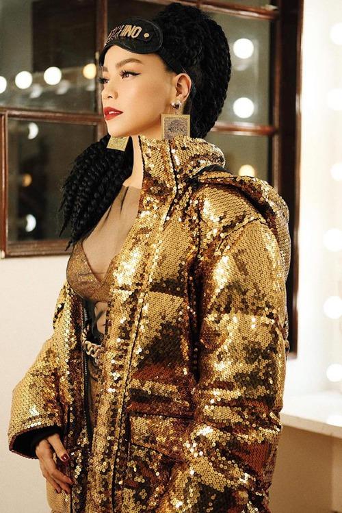 Nếu như 2016 là lãnh địa của gam màu pastel, 2017 là sắc nude sexy, thì trong năm 2018, ánh kim được ưa chuộng hơn cả. Từ thảm đỏ ra phố, không khó để bắt gặp những mẫu đầm, kiểu áo, phụ kiện lấp lánh, bắt sáng được làm từ chất liệu metallic. Diện đồ ánh kim là xu hướng nổi bật, được nhiều ngôi sao lựa chọn thời gian gần đây, trong đó có Hồ Ngọc Hà. Áo khoác ánh kim giúp bà mẹ một con ghi điểm phong cách.