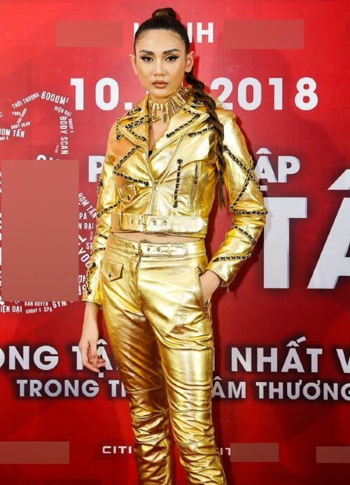 Võ Hoàng Yến không bỏ qua trào lưu này, cô diện trang phục ánh kim từ đầu đến chân.