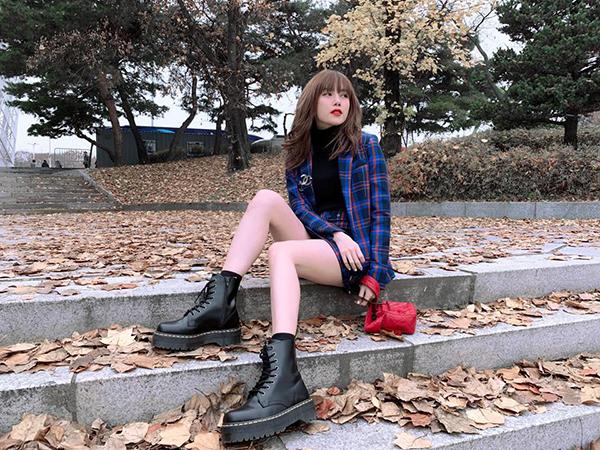 Thiều Bảo Trâm khoe chân thon và dáng vẻ đáng yêu như nữ sinh trên đường phố Hàn Quốc.