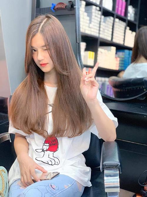 Hoàng Yến Chibi khiến fan trầm trồ với mái tóc mới nối đẹp như quảng cáo.
