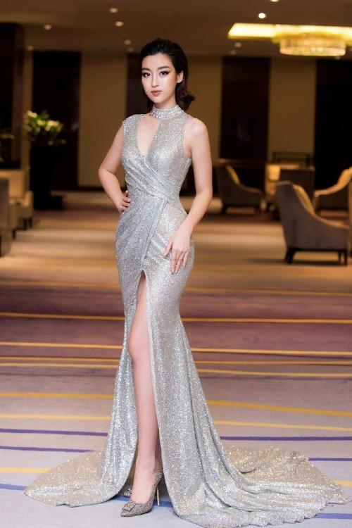 Đầm xẻ đùi gam màu ánh bạc của NTK Đỗ Long giúp Đỗ Mỹ Linh ghi điểm sau nhiều lần nhận phải những ý kiến trái chiều về phong cách ăn mặc.