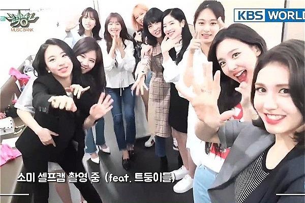 Somi chụp ảnh cùng Twice.