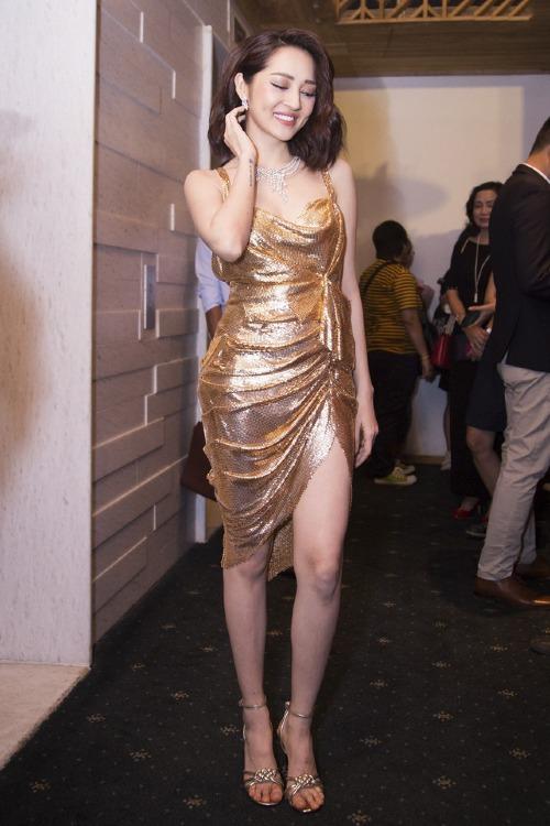 Bảo Anh khoe dáng nuột nà bằng váy hai dây, xẻ đùi gợi cảm của Tăng Thành Công. Chất liệu bắt sáng của thiết kế giúp cô tỏa sáng trong event.