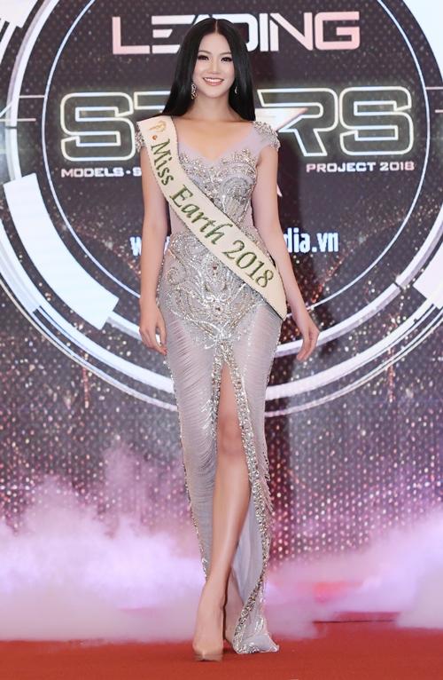 Ngày 12/11, Hoa hậu Phương Khánh gặp gỡ truyền thông và tham dự ra mắt dự án Ngôi sao danh vọng tại TP HCM. Cô là một trong những thí sinh bước ra từ dự án này và được cử đi thi nhan sắc quốc tế. Đây là lần đầu tiên xuất hiện trước truyền thông nước nhà tại một sự kiện sau đăng quang hơn một tuần.