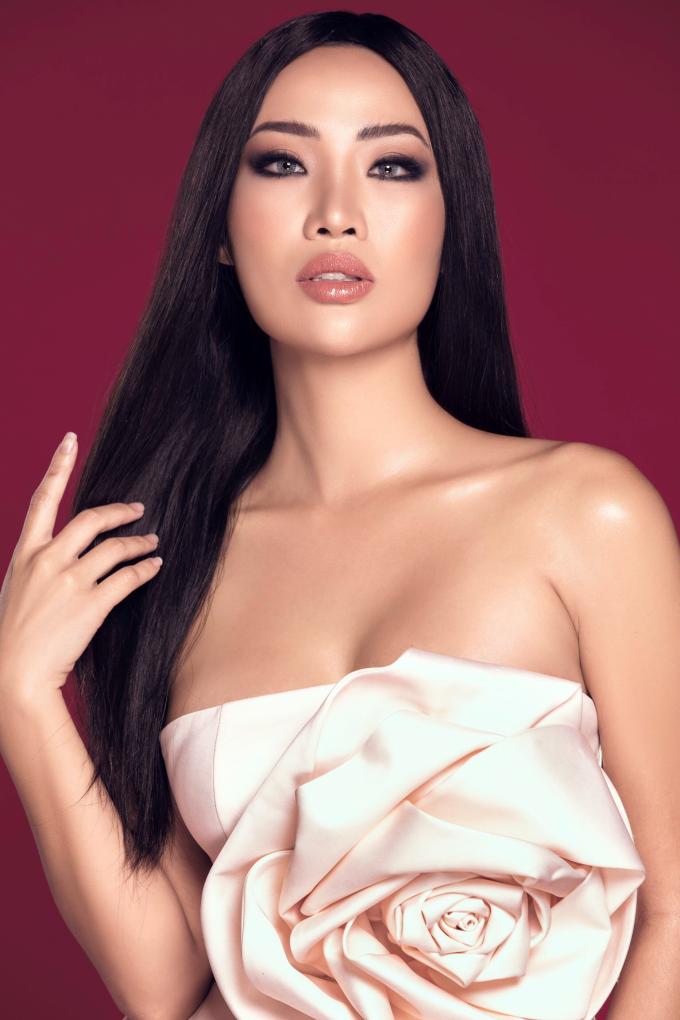 """<p> Được nhiều khán giả biết đến với tư cách là """"tình cũ Kim Lý"""", Kiko Chan (tên thật Trần Thị Thùy Trang) đang tấn công Vbiz mạnh mẽ. Người đẹp đăng ký tham dự The Face 2018 nhưng không được chọn vào nhà chung. Gần đây, cô gây chú ý với lùm xùm tranh cãi qua lại cùng HLV Minh Hằng.</p>"""