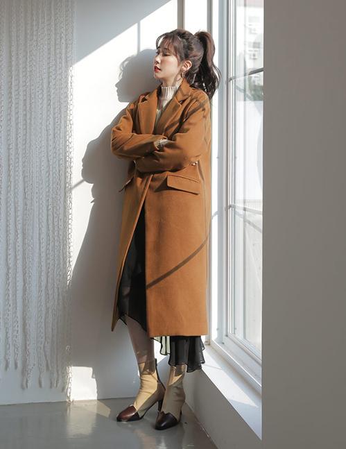 Chiếc áo khoác dạ trông đã ấm áp, khi mang những tông màu đất càng tôn da hơn nhiều phần, giúp vẻ ngoài không bị già dặn như khi mặc áo dạ đen, đỏ, tím...
