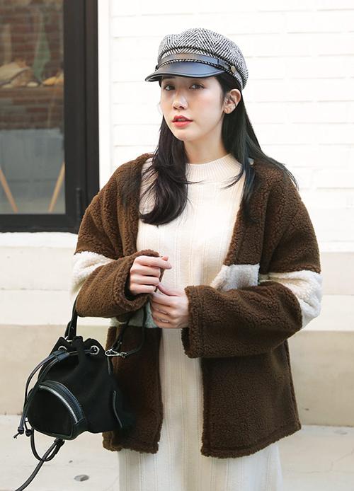 Phối áo khoác gấu bông Teddy cùng những kiểu đồ tối giản chi tiết là phù hợp hơn cả, vì kiểu áo này vốn đã rất độc đáo, thu hút mắt nhìn. Sau vài năm manh nha, áo khoác gấu bông đang trở thành item hot hit nhất Hàn Quốc mùa đông năm nay, được hàng loạt idol sắm mặc.