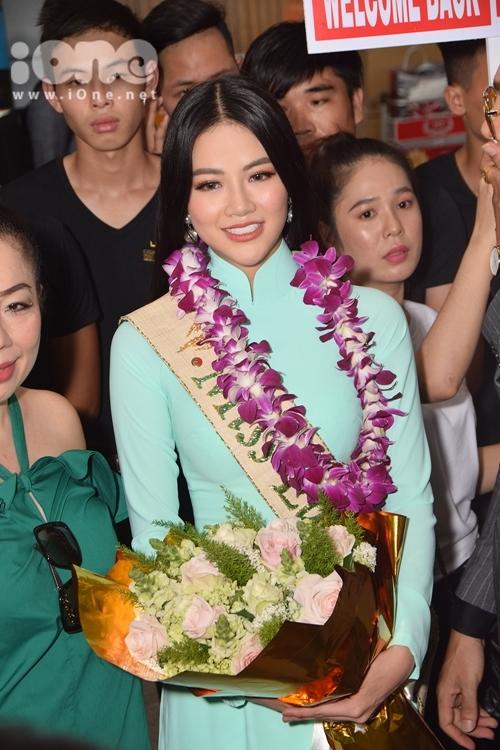 Phương Khánh trong ngày về Việt Nam sau đăng quang.