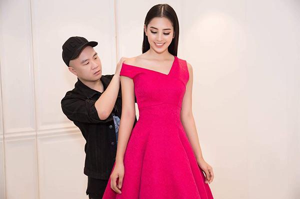 Một thiết kế màu hồng trong BST được Hoa hậu Tiểu Vy mặc thử.