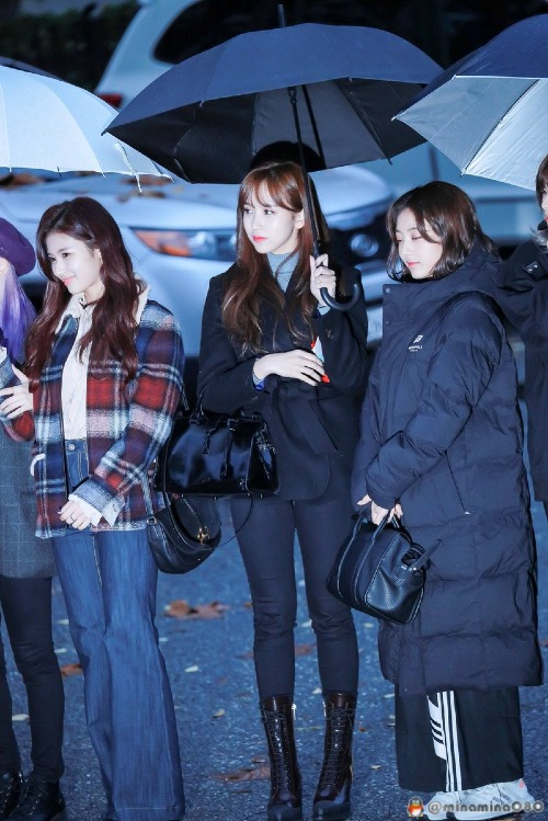 Với mái tóc mới, nhan sắc Mina ngày càng lên hương. Cô nàngchiếm trọnspotlight khi cùng xuất hiện bên các thành viên khác.