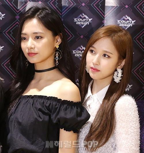 Khi đứng cạnh Tzuyu, công nhận là cả hai đều đẹp hơn Mina vẫn cuốn hút hơn hẳn, một fan bình luận trên OneHallyu.