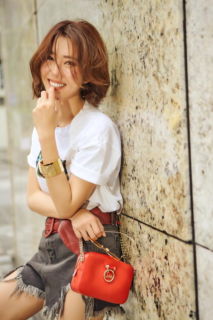 <p> Cô lựa chọn sắc trắng, xanh cổ vịt... cho những bộ trang phục thay vì gam màu nóng.</p>