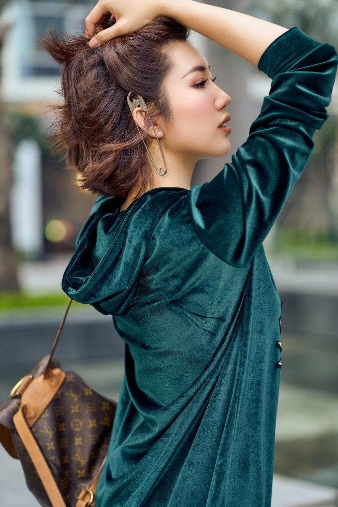 <p> Thúy Ngân hướng tới hình ảnh một quý cô thành thị hiện đại, có khi nhẹ nhàng, lúc lại cá tính, quyến rũ.</p>