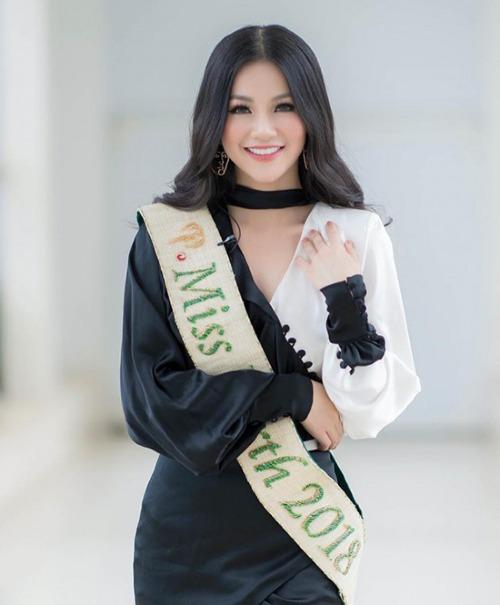 Trở về nước sau khi đăng quang Hoa hậu Trái đất 2018, Phương Khánh nhận được sự quan tâm của phần đông công chúng. Xuất hiện trong một buổi giao lưu trực tuyến diễn ra chiều 13/11 tại TP HCM, người đẹp sinh năm 1994 diện mẫu đầm lụa gam màu trắng - đen chủ đạo của NTK Linh San.