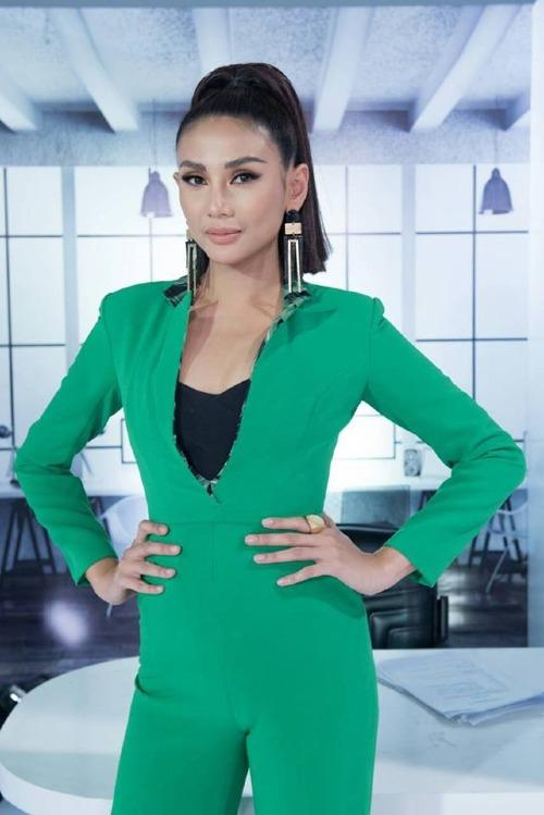 Bộ suit ôm sát màu xanh lá của Võ Hoàng Yến, hao hao thời trang công sở,bị nhận xét làm mất đi thần thái sang trọng, quyền lực của cô trên ghế nóng.