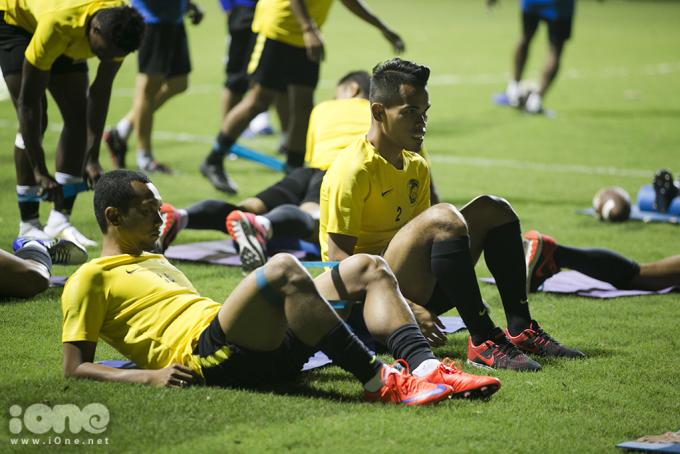 <p> Các cầu thủ tập cơ chân với dây co giãn.</p>