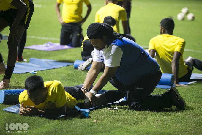 <p> Một cầu thủ được đội y tế chăm sóc khá lâu do chấn thương trước đó.</p>