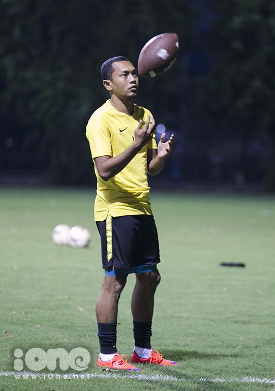 <p> Với tinh thần thoải mái các cầu thủ Malaysia dường như không gặp khó khăn gì, họ lấy bóng bầu dục ra chơi rất vui vẻ. Chuyến bay cũng không làm ảnh hưởng đến tinh thần và sức bền của thầy trò HLV Tan Cheng Hoe.</p>