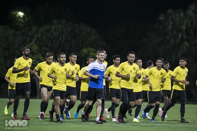 <p> Cầu thủ mang áo số 8 Zaquan Adha (thứ 3 từ bên phải qua) chính là người ghi bàn gỡ hòa 1-1, mở ra màn lội ngược dòng thắng Lào 3-1 ở trận đấu hôm 12/11. Anh cũng chính là người đá cặp cùng tiền đạo mang áo số 9 Norsharul Talaha.</p>