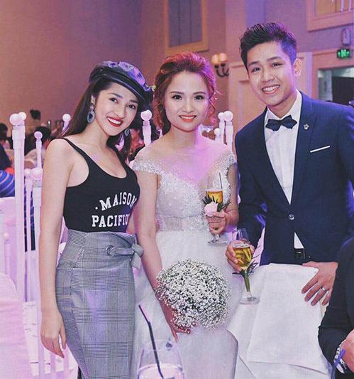 Cô nàng thậm chí còn thể hiện độ cao tay khi mặc chiếc áo đi cưới.
