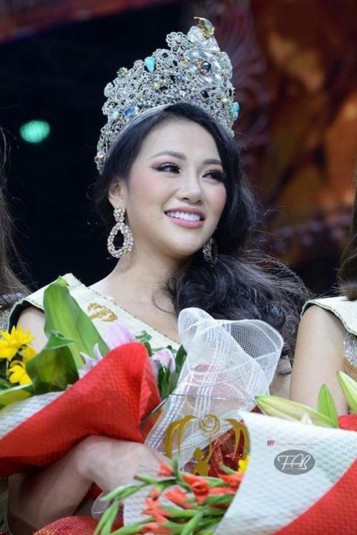 Ngày 3/11, Nguyễn Phương Khánh đăng quang Miss Earth 2018. Đây là lần đầu tiên đại diện Việt Nam được gọi tên cho ngôi vị cao nhất ở một đấu trường sắc đẹp nổi tiếng hành tinh. Vương miện của cô gái sinh năm 1994 đến từ Bến Tre đã giúp nhan sắc Việt Nam được thăng hạng trên bản đồ thế giới.