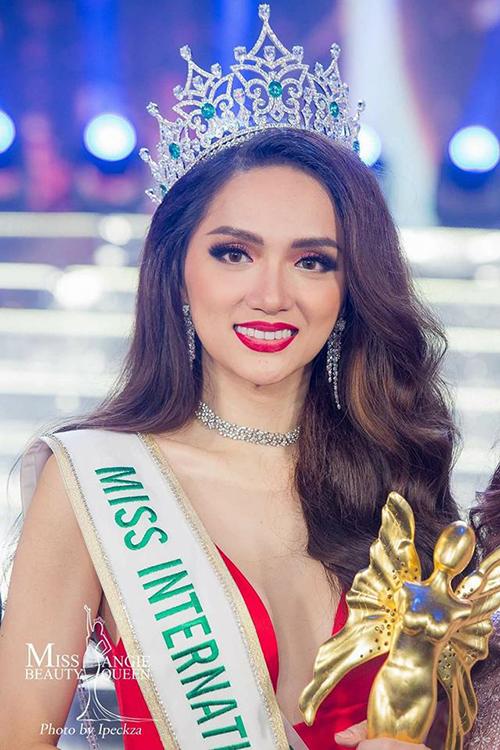 Đánh bại rất nhiều đối thủ đáng gườm như Mexico, Brazil, đặc biệt là đại diện nước chủ nhà Thái Lan. Hương Giang mang vinh quang về cho đất nước khi lên ngôi đầy thuyết phục tại Miss International Queen 2018.