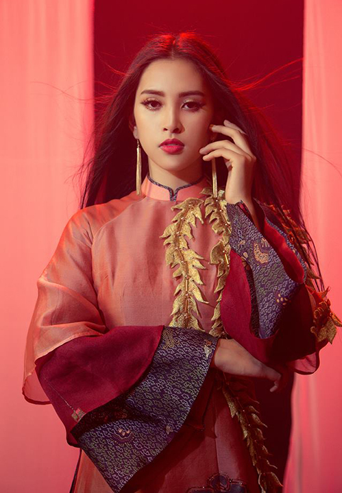 Tông màu hồng tiếp tục được Tiểu Vy tin tưởng mang lên bộ áo dài trong phần thi Tài năng với ca khúc Lạc trôi. Nhiều người khen ngợi gam màu ngọt ngào và trẻ trung này rất phù hợp với tuổi 18 của Tiểu Vy.