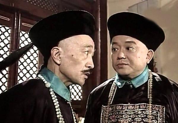 Vương Cương (phải) đóng vai Hòa Thân trong Tể tướng Lưu gù.