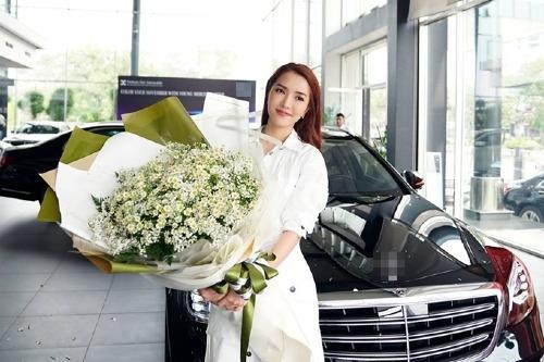 Cũng trong chiều qua 14/11, Bích Phương khoe chiếc xế hộp Mercedes Benz S450L gam màu xanh diệp lục,có giá hơn 4 tỷ đồng mà cô mới sắm lên trang cá nhân. Giọng ca Bùa yêu chia sẻ, cô mua xe là để phục vụ cho công việc cần di chuyển liên tục ở hiện tại.