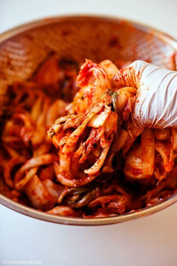 """<p> Kim chi - món ăn """"quốc dân"""" làm nên thương hiệu của nền ẩm thực Hàn Quốc. Để muối được một mẻ kim chi """"chuẩn mực"""" cần rất nhiều nguyên liệu và công đoạn cầu kỳ.</p>"""