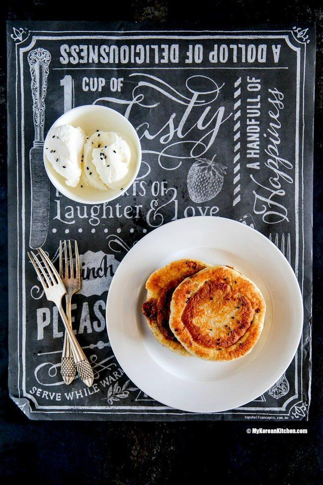 <p> Hotteok là món bánh rán nhân ngọt phổ biến của người Hàn. Món ăn vặt này có vỏ ngoài vàng ruộm giòn tan, phần nhân bên trong thì ngọt ngào, vàng óng như mật.</p>