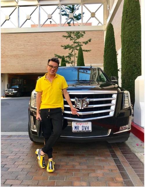 Chiếc xế hộp chống đạn sang trọng thuộc dòng xe chuyên biệt dành cho các nguyên thủ trên thế giới được Đàm Vĩnh Hưng sắm hồi tháng 6 tại Mỹ. Chiếc xe được gán biển số mang chính tên của Đàm Vĩnh Hưng với giá trị không hề nhỏ khiến fan xuýt xoa trước độ giàu có, chịu chơi của ông hoàng nhạc Việt.