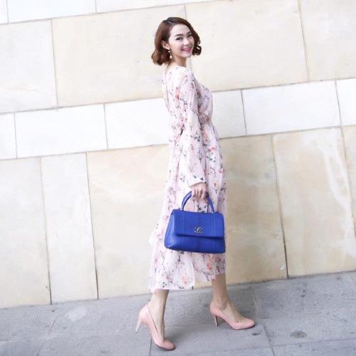 Chiếc váy hoa nhí H&M của Minh Hằng có giá hơn 1,1 triệu đồng được tăng thêm phần sang trọng khi phối hợp cùng giày tiệp màu và túi xách bản to của Chanel.