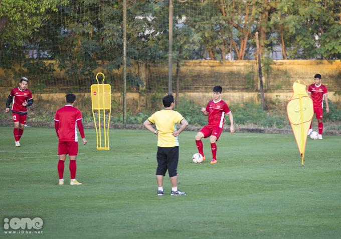 <p> Sau trận thắng Lào áp đảo 3-0, đội tuyển Việt Nam tiếp tục bước vào tập luyện vào lúc 16h ngày 14/11 dưới sự chỉ đạo của HLV Park Hang-seo và ban huấn luyện. Trong ảnh, Hồng Duy, Văn Hậu, Duy Mạnh, Đức Chinh đang tập luyện dưới sự giám sát của trợ lý HLV.</p>