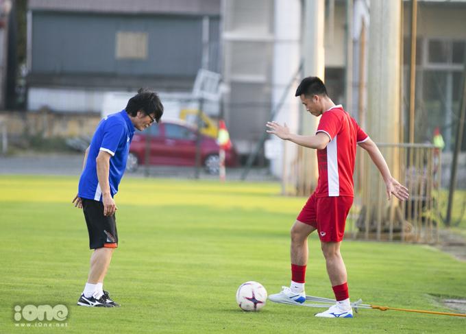 <p> Huy Hùng là tiền vệ phòng ngự được ông Park Hang-seo lựa chọn cho AFF Cup 2018, nhưng từ khi trở về từ Lào, cầu thủ sinh năm 1992 này vẫn chưa thể tập cùng đội do chấn thương và rất có thể Huy Hùng sẽ vắng mặt trong trận cầu sắp tới vào ngày 16/11.</p>