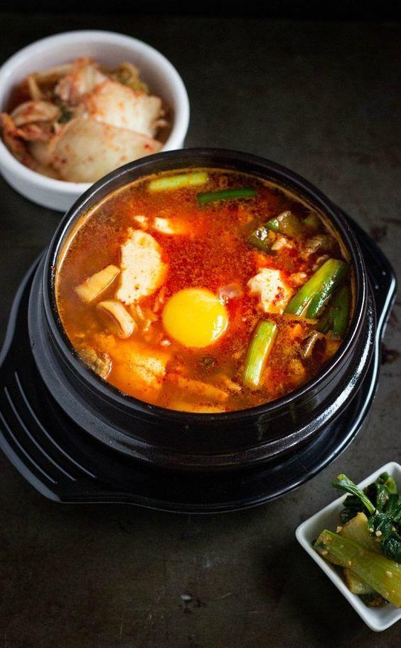 <p> Soondubu jjigae - đậu phụ hầm cay là một món ăn đậm chất Hàn Quốc. Vào mùa đông, người Hàn rất thích dùng món này cùng cơm trắng, vừa ấm bụng vừa ngon miệng.</p>