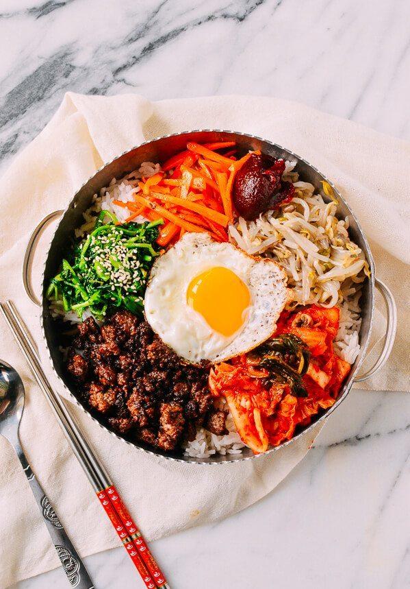 """<p> Khi nhắc đến Hàn Quốc, các tín đồ ẩm thực sẽ không thể quên được món cơm trộn bibimbap đầy sắc màu và hương vị này. Đây không những là """"quốc hồn quốc túy"""" mà còn là bữa ăn dinh dưỡng với những nguyên liệu như cơm, rau, tảo biển, thịt, trứng...</p>"""