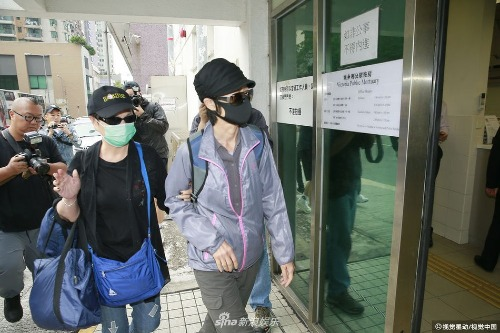 Lam Khiết Khanh đến nhà xác làm thủ tục chuyển thi thể đến nơi hỏa tángcho em gái.