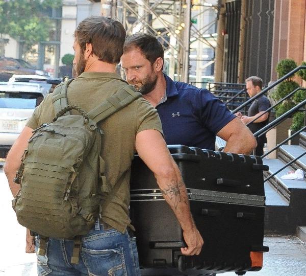 Taylor Swift được vận chuyển trong một chiếc vali lớn từ căn hộ Tribeca của cô ấy vào xe tải là tiêu đề một bức ảnhđăng trên Splash New tháng 7/2017.