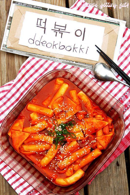 """<p> Bánh gạo - món ăn bình dân được bày bán ở khắp các quầy hàng trên đường phố Hàn Quốc. Món ăn nổi tiếng là """"rất cay"""" này bao gồm những miếng bánh gạo dài thái nhỏ kèm chả cá và nước sốt chua ngọt, kim chi.</p>"""