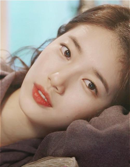 Nổi tiếng là mỹ nhân mặt mộc, Suzy cũng có làn da trắng hồng rạng rỡ mà bất cứ cô gái nào cũng mơ ước. Trong nhiều bức ảnh chụp cận mặt, Suzy khiến khán giảtrầm trồ vì làn da mịn đẹp như da em bé.